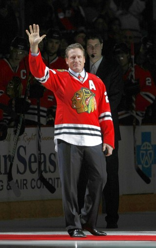 Jeremey Roenick waives to the crowd before the Sharks 4-3 OT loss in Chicago